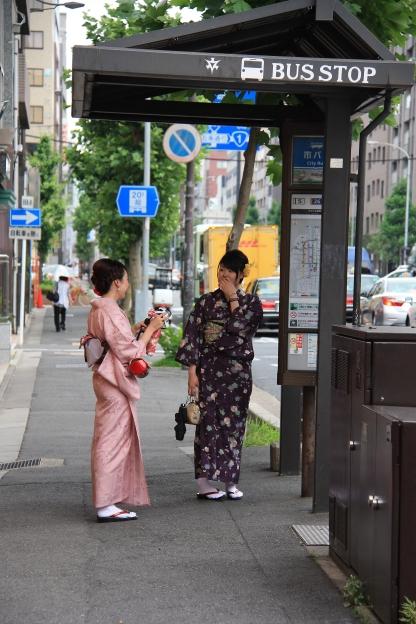 Donne in kimono alla fermata dell' autobus