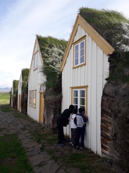 Villaggio con case di torba in Islanda