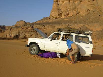 Tuareg dedito alla riparazione del fuoristrada