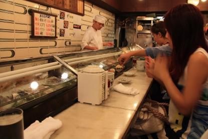 Sushi presso il mercato del pesce di Tokyo