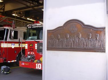 Commemorative plaque of '11/09/2001 at the fire station in front of the WTC