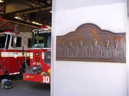 Targa commemorativa dell' 11/09/2001 presso la stazione pompieri di fronte al WTC