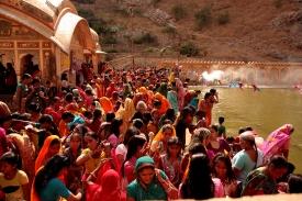 Bagno purificatore nel tempio induista