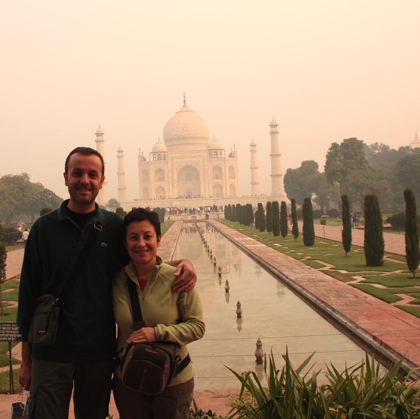 In posa di fronte al Taj Mahal