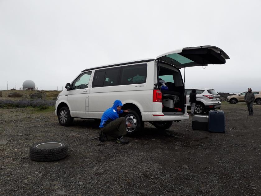 Cambio gomme lungo la pista in Islanda