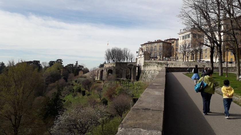 Bergamo caminar a lo largo de las paredes venecianas