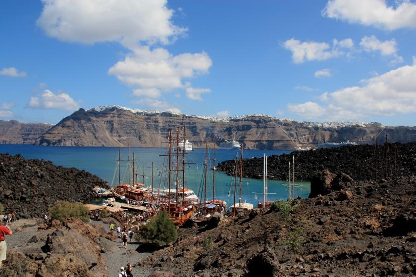 Vista dal centro del vulcano a Santorini