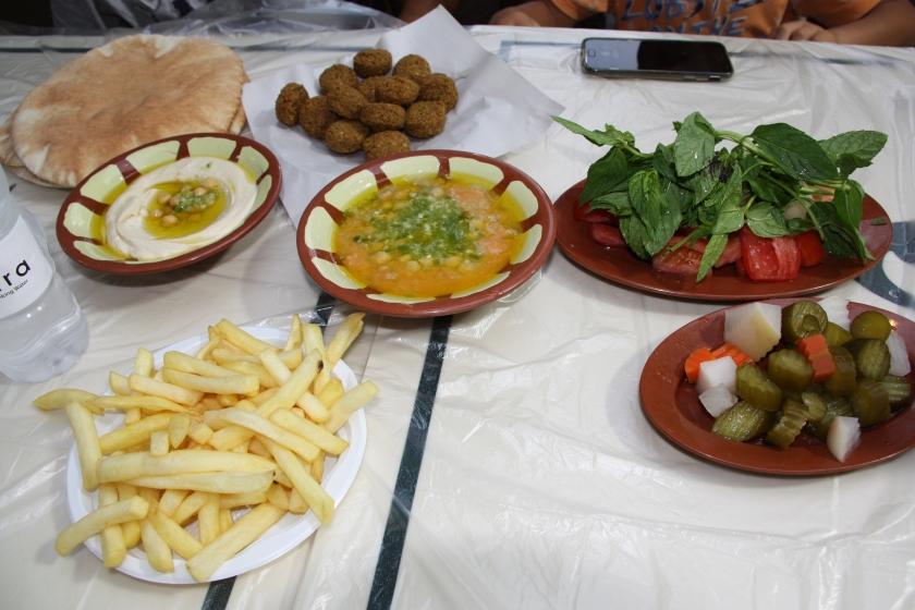 Cena a base di falafel e humus