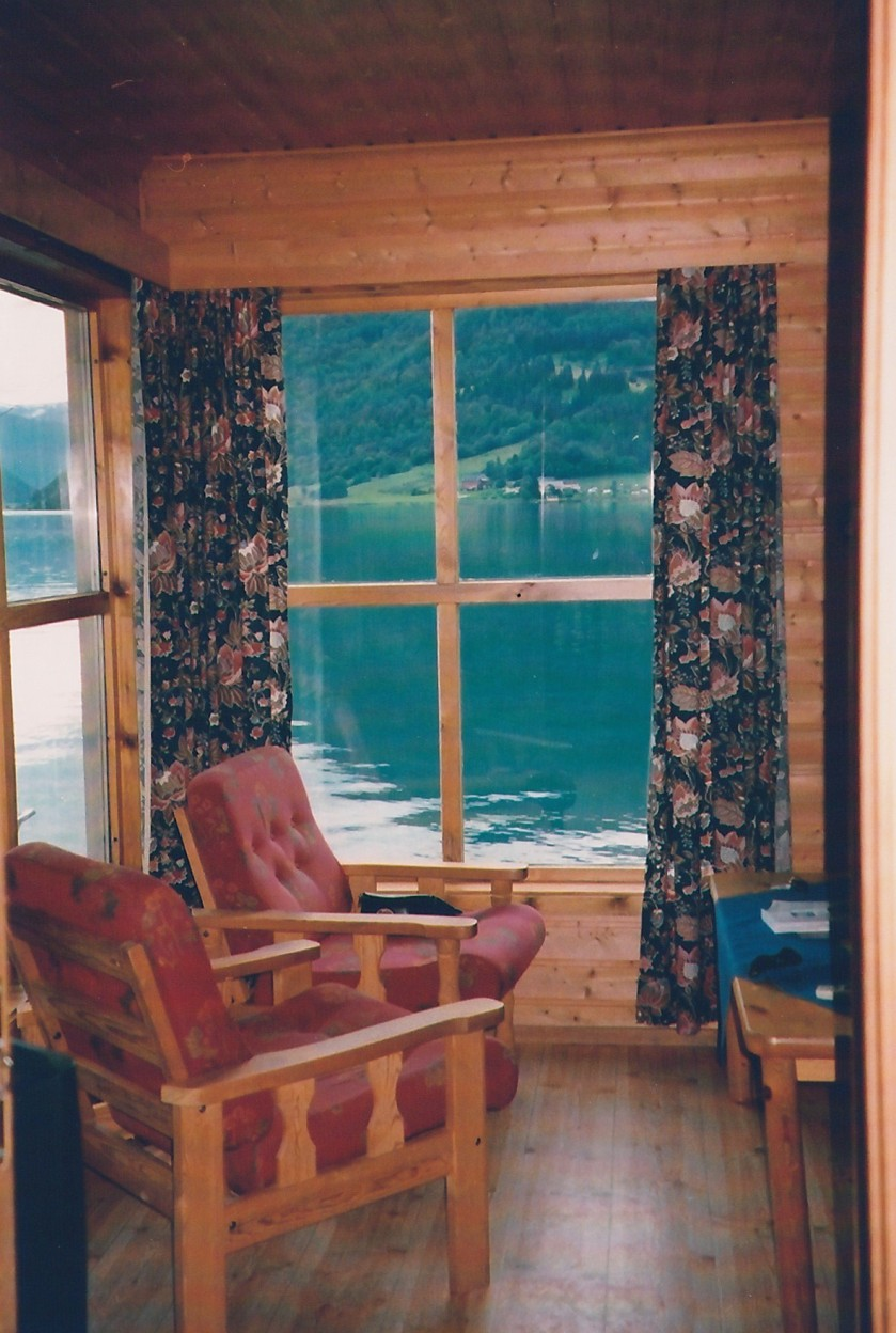 casetta di legno sul fiordo